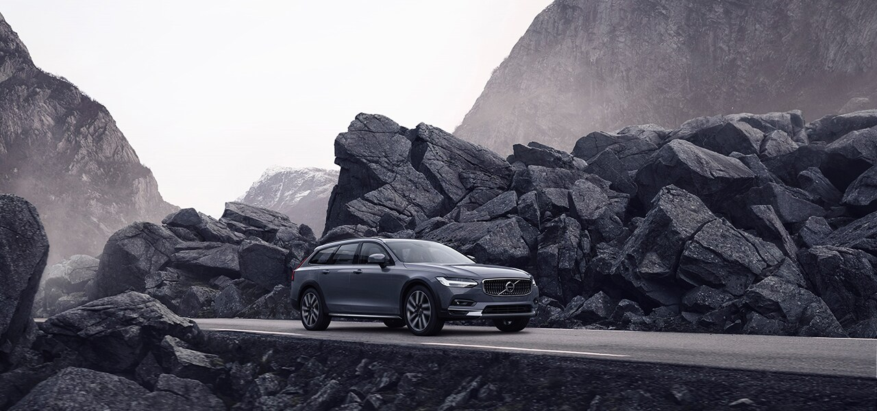 Volvo представляет обновленные модели: седан бизнес-класса S90 и универсал повышенной проходимости V90 Cross Country